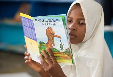 新しい本を夢中で読む生徒
