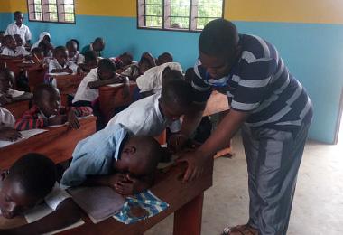 識字教育を実施する先生