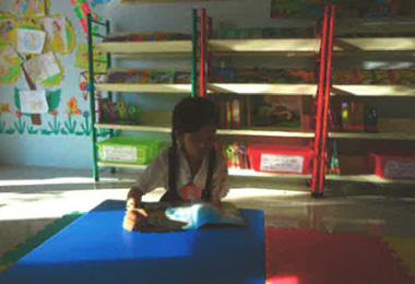 新しい本を読む生徒